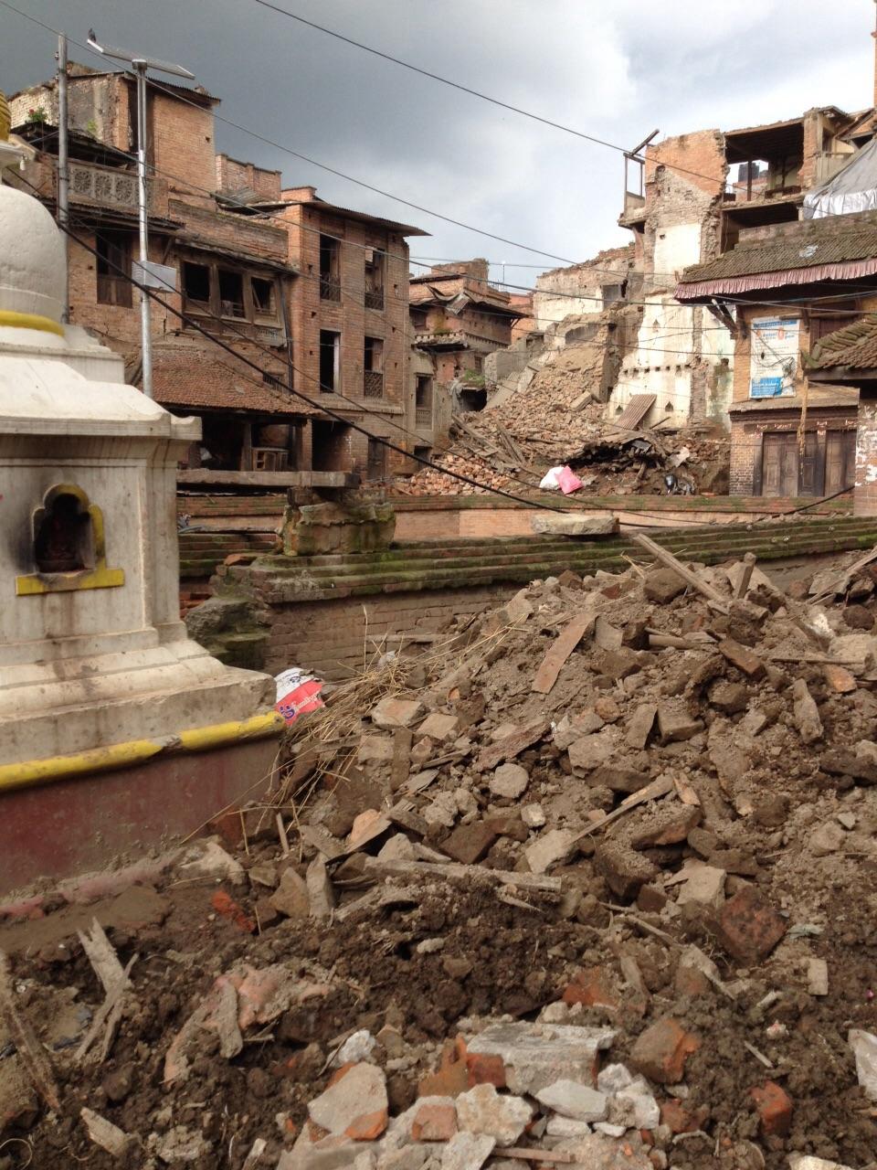 Ingestorte huizen na aardbeving in Nepal (bron: http://www.namasteprojects.nl/)